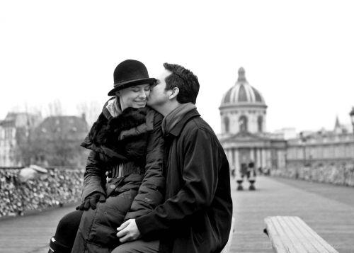 beijo romantico em paris