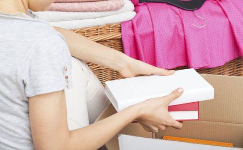 Guarde primeiro os utensílios menos requisitados, como livros, brinquedos, porta-retratos, dentre outros