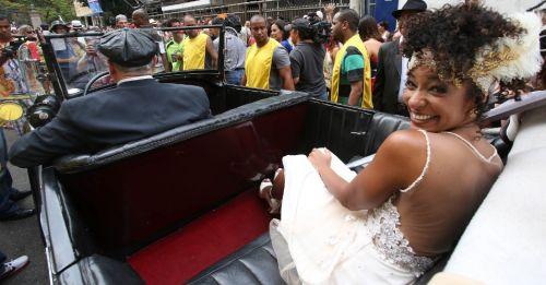 15fev2014---a-jornalista-aline-prado-chegou-ao-seu-casamento-no-bloco-imprensa-que-eu-gamo-em-um-calhambeque-1392497828297_956x500
