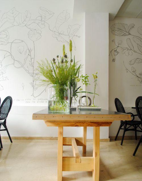 mesa_decorada_com_plantas_e_vidros
