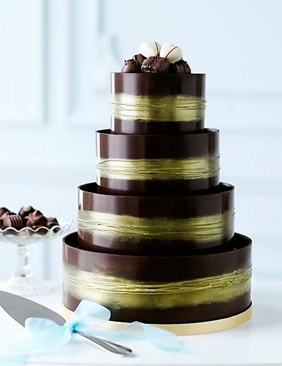 bolo de casamento coberto com chocolate