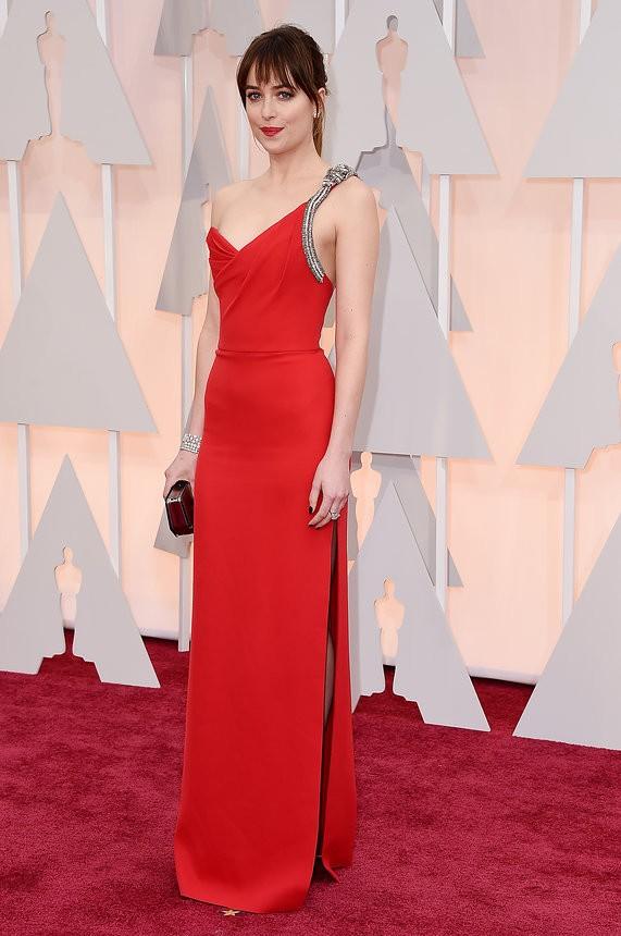 Dakota Johnson vestido vermelho de Saint Laurent - Inspiração | Oscar 2015