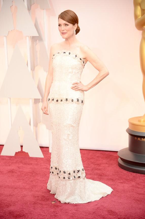 Julianne Moore vestido off-white sob medida de Chanel - Inspiração | Oscar 2015