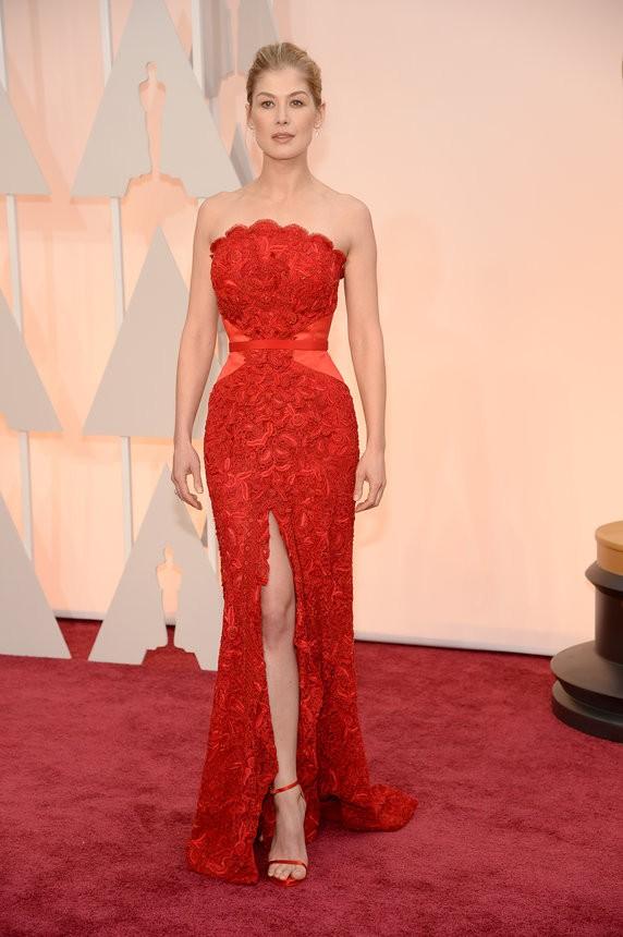 Rosamund Pike vestido vermelho de Givenchy - Inspiração | Oscar 2015