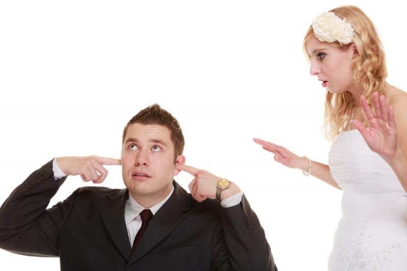 brigas recém-casados