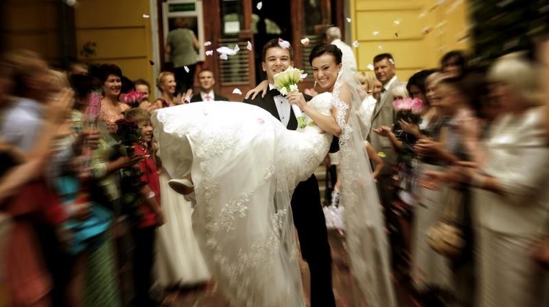 noiva nos braços do noivo - casamento na Itália