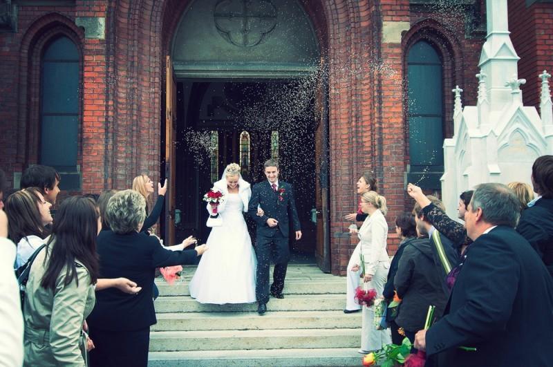 saída da igreja com chuva de arroz - casamento na Itália