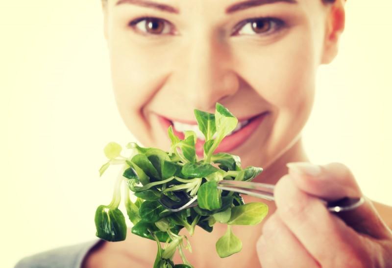 mulher-comendo-alface