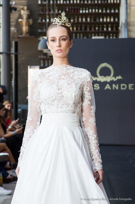 desfile-lucas-anderi-casamoda-noivas-2015-vestido-de-noiva-com-brilho-longo-com-tiara-foto-por-anna-quast-e-ricky-arruda