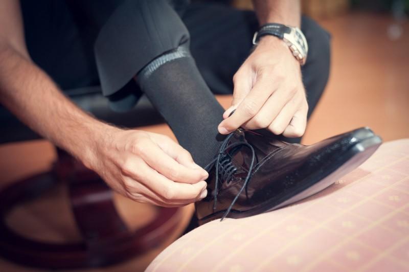 noivo colocando o sapato do noivo