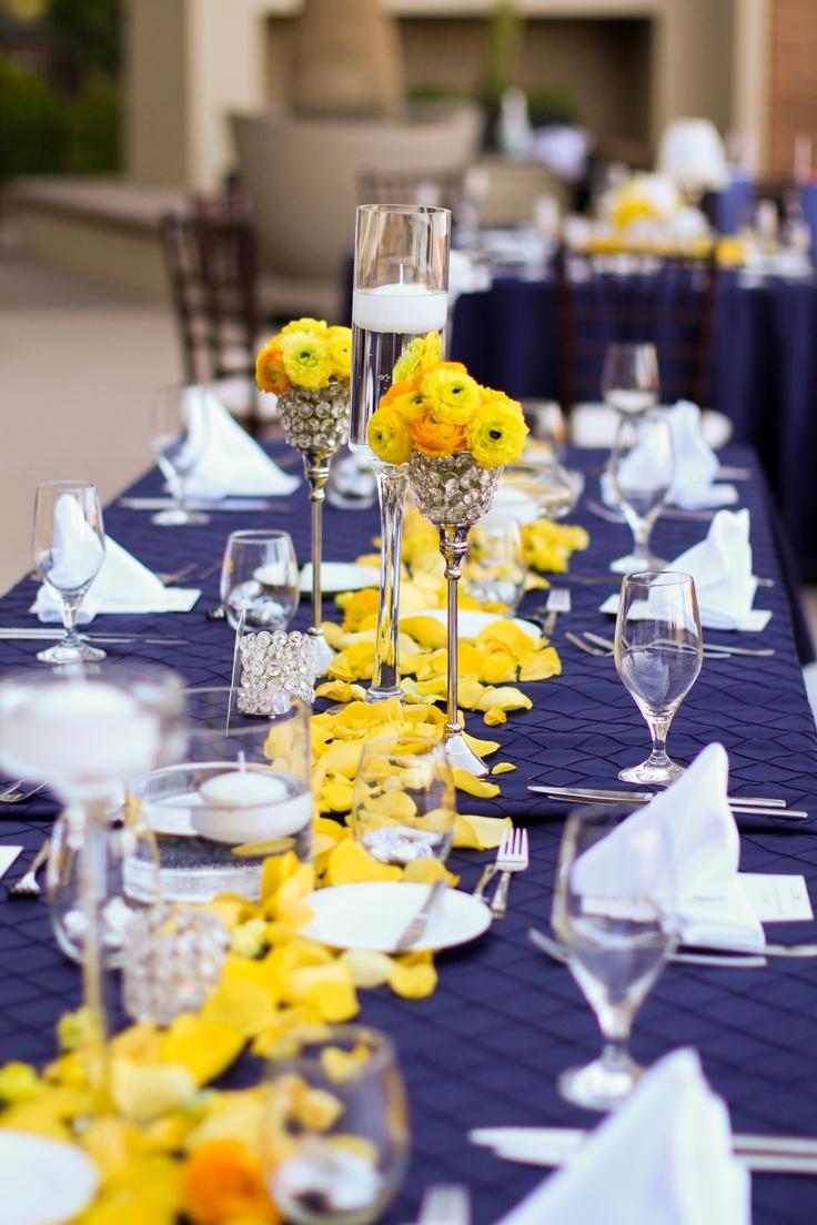 decoracao azul e amarelo casamento:Toalha azul e arranjos amarelos. Foto: Pinterest.