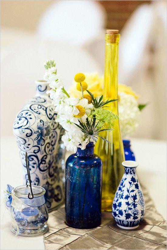 decoracao para casamento em azul e amarelo:Vasos e castiçais dão um toque na decoração. Foto: Pinterest.