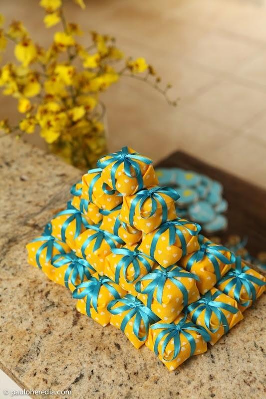 decoracao de casamento azul tiffany e amarelo : decoracao de casamento azul tiffany e amarelo: érika magalhães toalha azul e arranjos amarelos foto pinterest