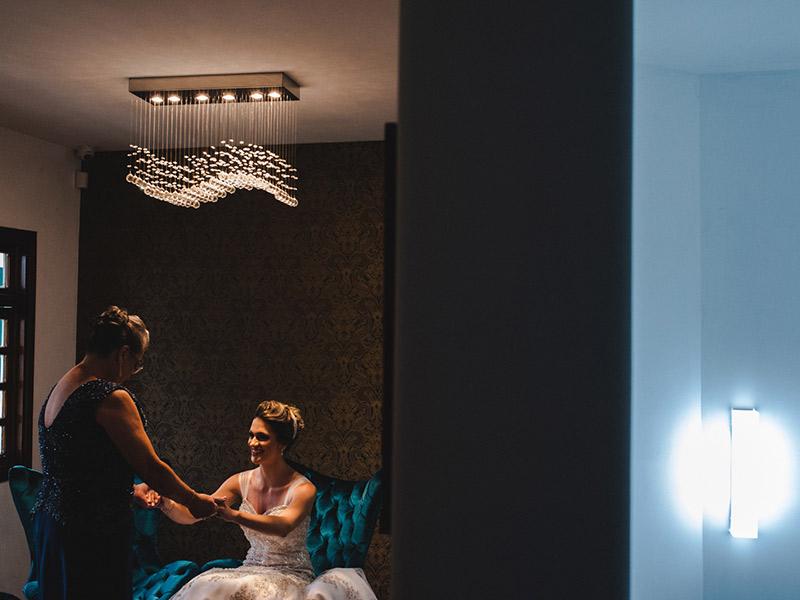 Noiva com mãe no making off.