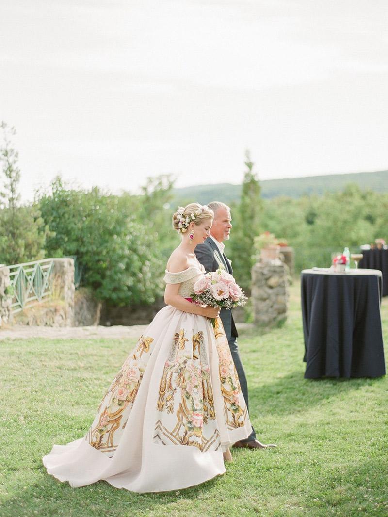 Casamento-real-internacional-Lenka-entrada-com-pai