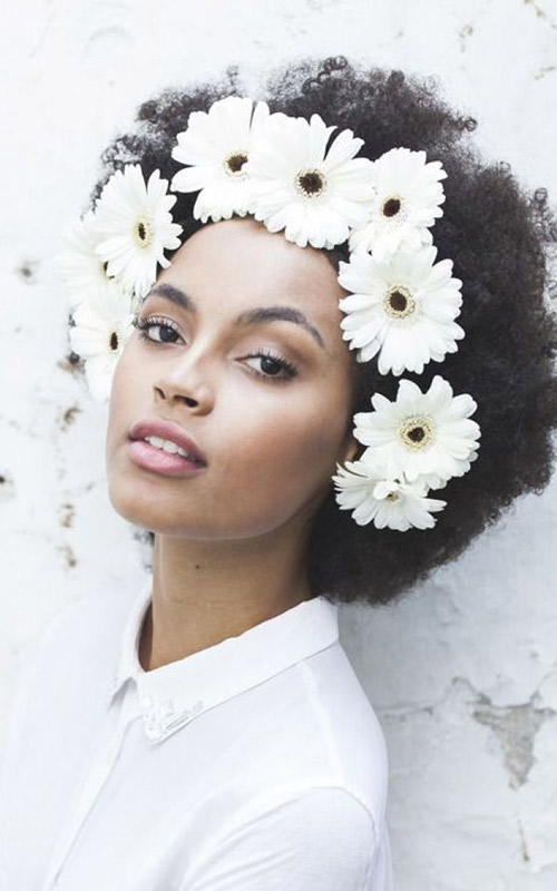 Noivas-negras-penteados-crespo-flor