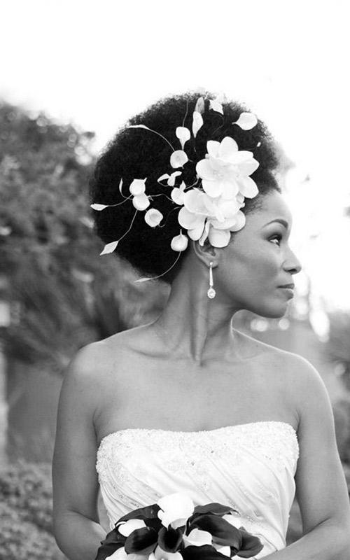 Noivas-negras-penteados-crespo flor branca