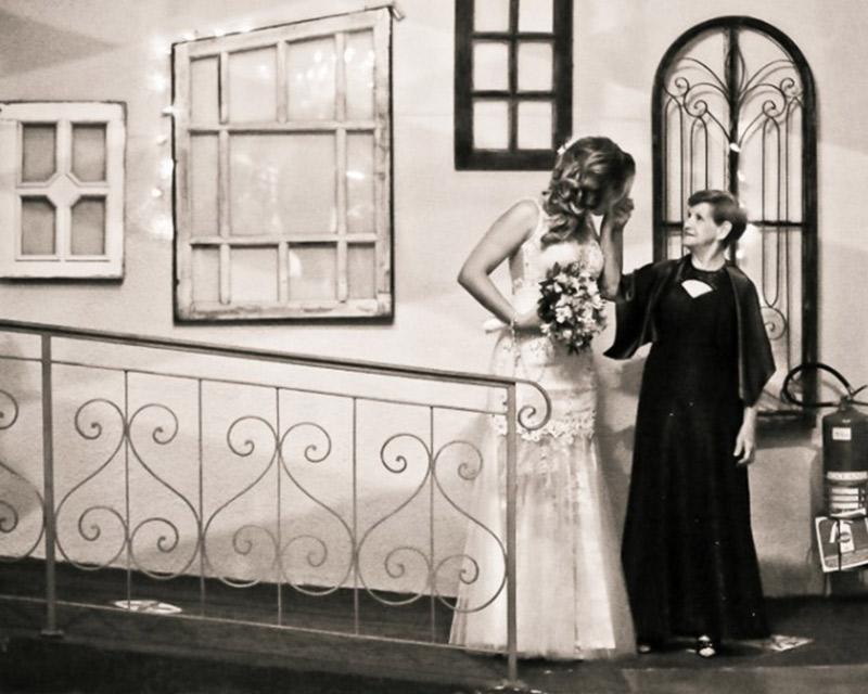 noiva entrando na igreja com a avó.