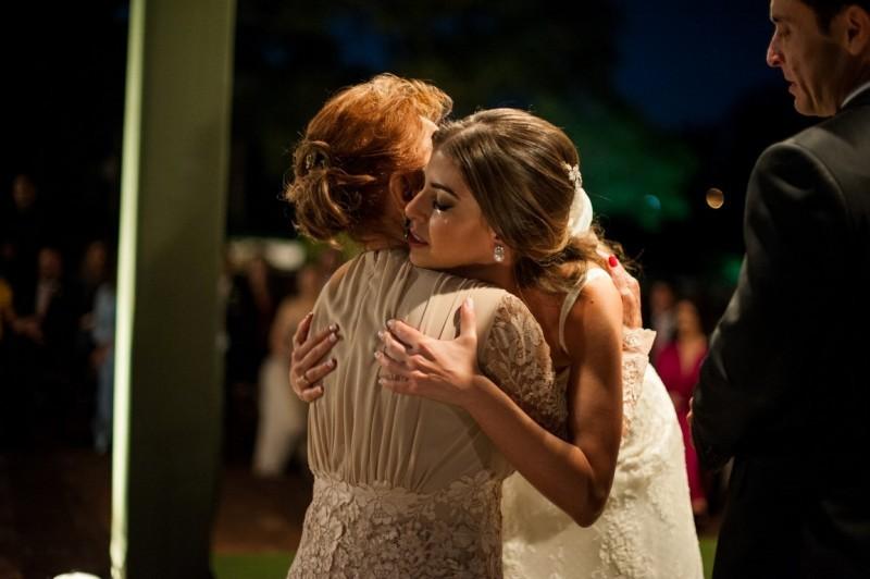 emoção da noiva com mãe.