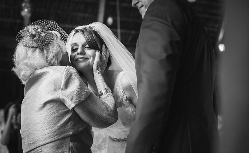 emoção da noiva com avó