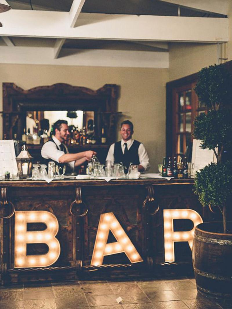 Letreiros-luminosos-na-decoração-bar