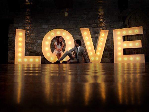 Letreiros-luminosos-na-decoração do casamento