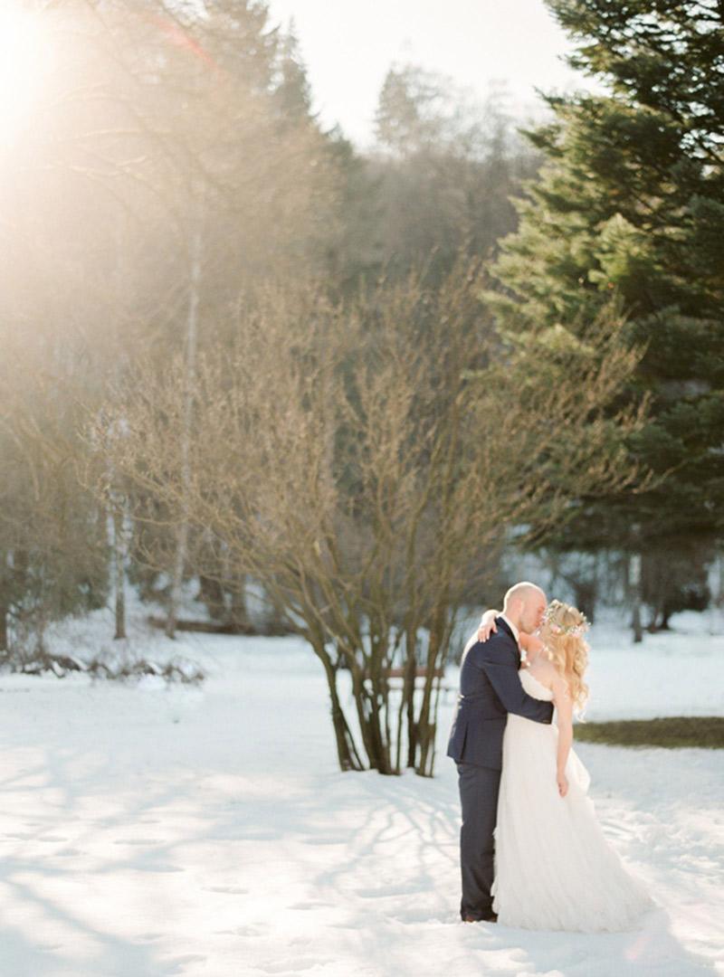 Casamento-real-internacional-na-neve-beijo na neve