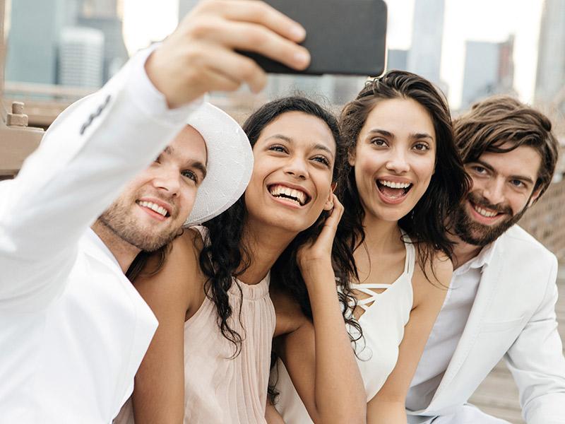 Convidados-dicas-de-etiqueta-para-o-casamento-celular