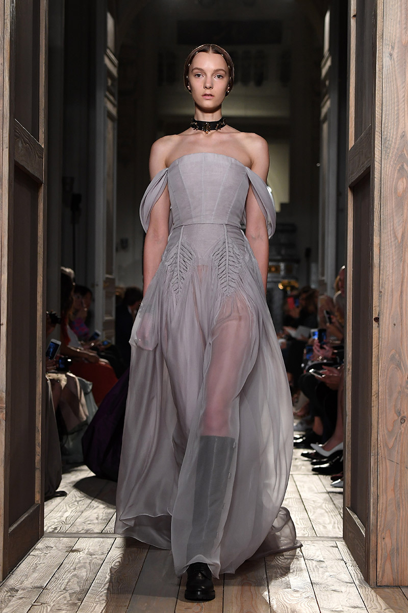 Vestido de noiva tendências 2016 Valentino ombro a ombro