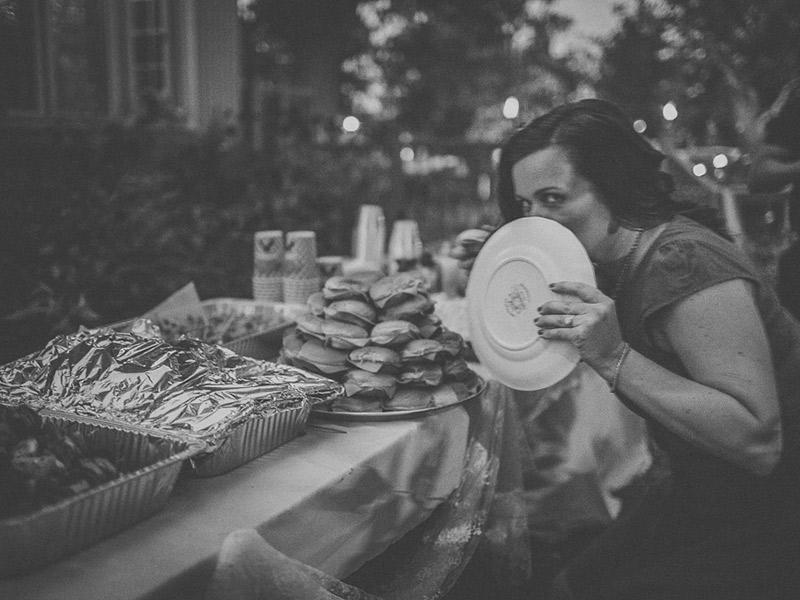 Coisas que os convidados não devem fazer no casamento escondendo comida