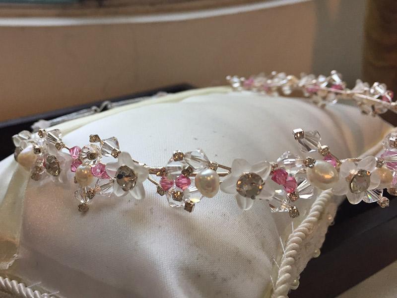 Acessórios da noiva Tiara de flores de acrílico fosco com cristais Bella Golzer