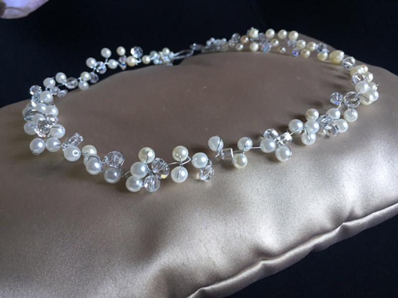 Acessórios da noiva Tiara de pérolas e cristais, trancados com fio de aço Bella Golzer