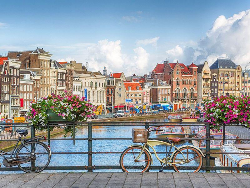 Amsterdã ponte com duas bicicletas