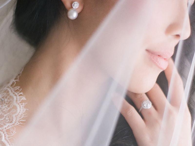 Noiva com brinco de pérola e anel de diamante