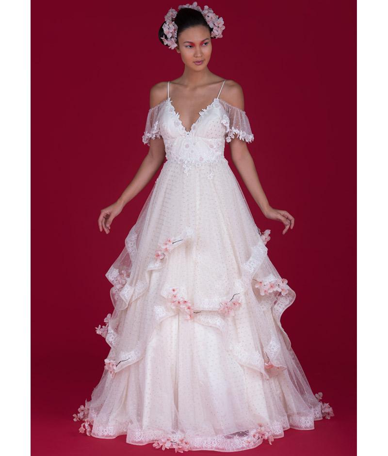Noiva com vestido de transparência e flor de cerejeira em relevo pó de arroz