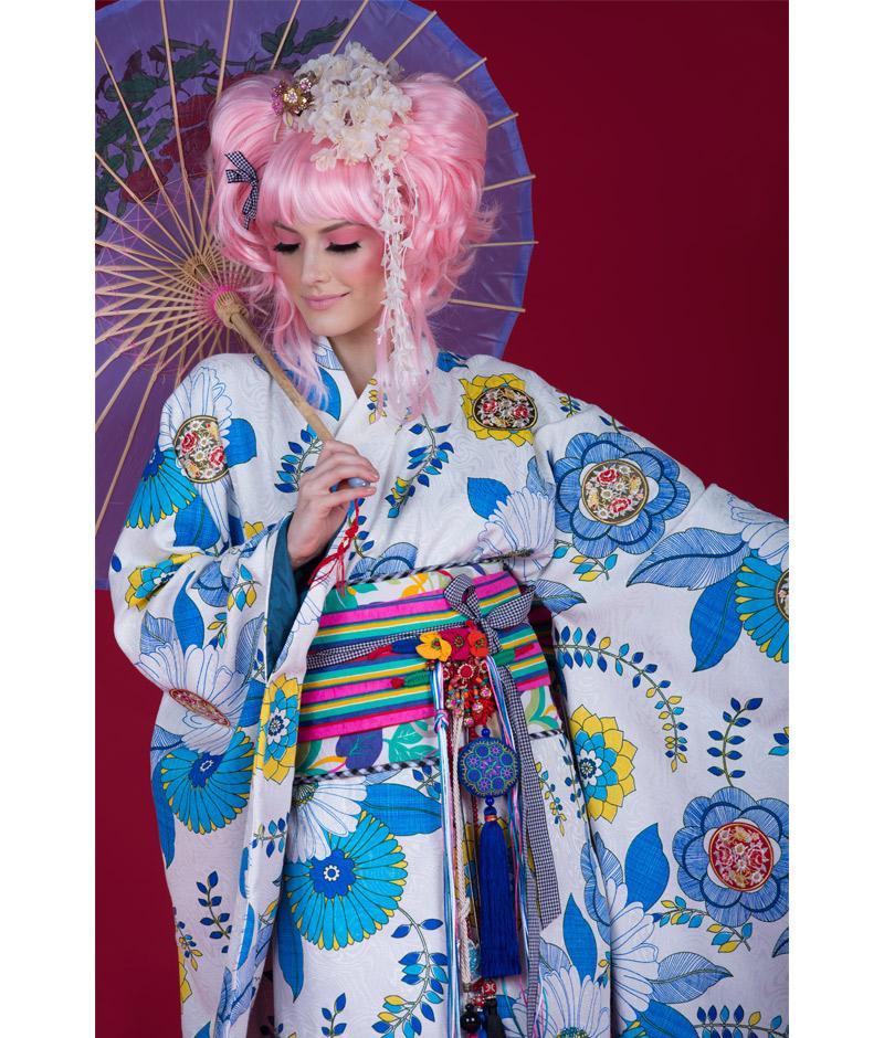 Noiva com vestido estilo kimono azul e branco da pó de arroz