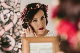 Noiva se arrumando para o casamento