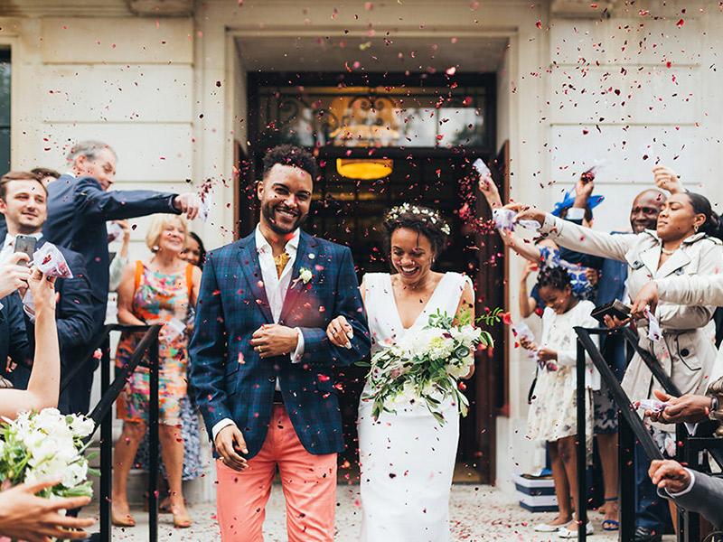 Noivos saindo da igreja com chuva de confete