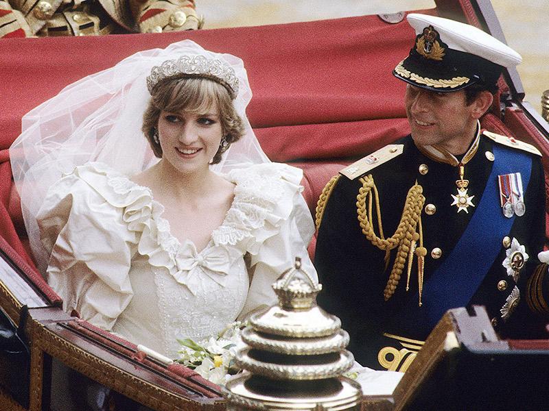 Princesa Diana e príncipe Charles na saída do casamento
