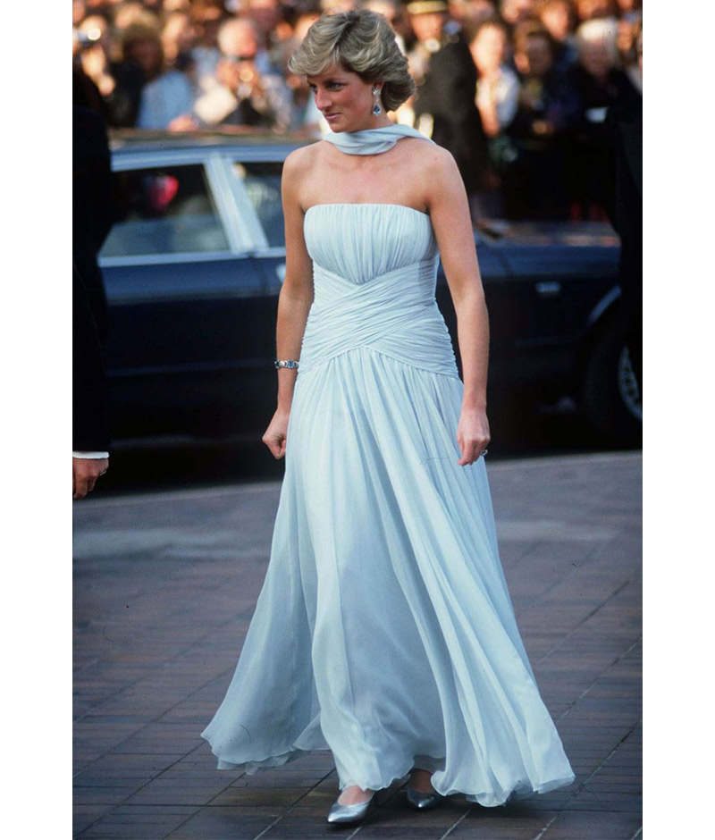 Princesa Diana em vestido azul bebê tomara que caia