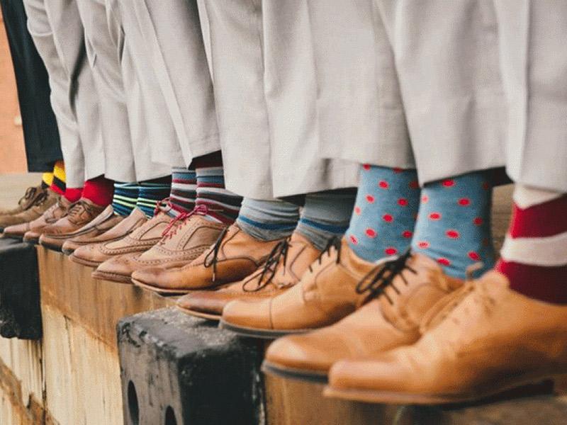 Trajes dos padrinhos meias coloridas