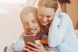 Como organizar um casamento casal olhando matéria