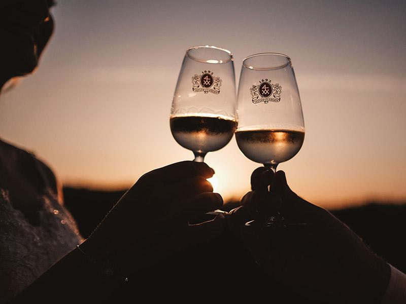 Casamento em Portugal Natalie e João Paulo brinde ao pôr-do-sol