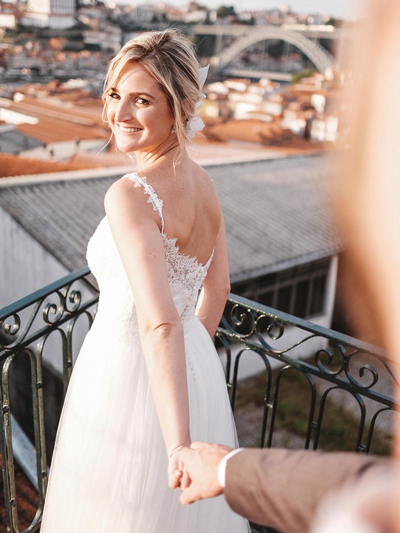 Casamento em Portugal noiva Natalie com vestido de alça com renda