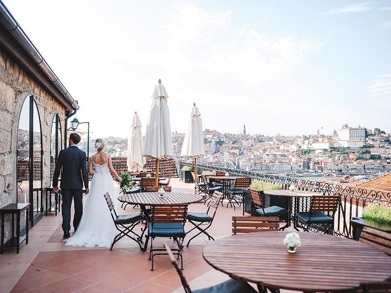 Casamento em Portugal noivos na varanda da festa