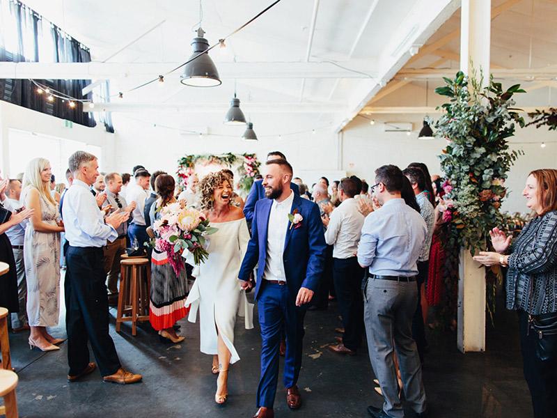 Casamento no feriado casal saindo da cerimônia