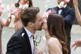 Casamento no feriado casal se beijando no brinde