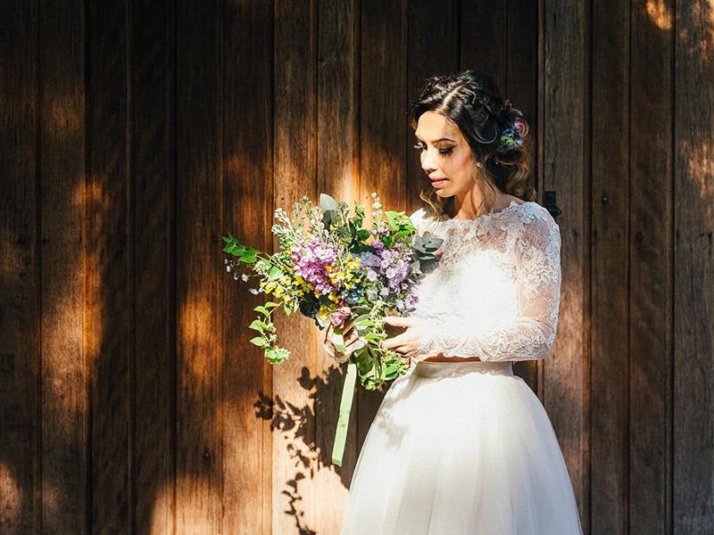 Casamento no feriado noiva posando com buquê
