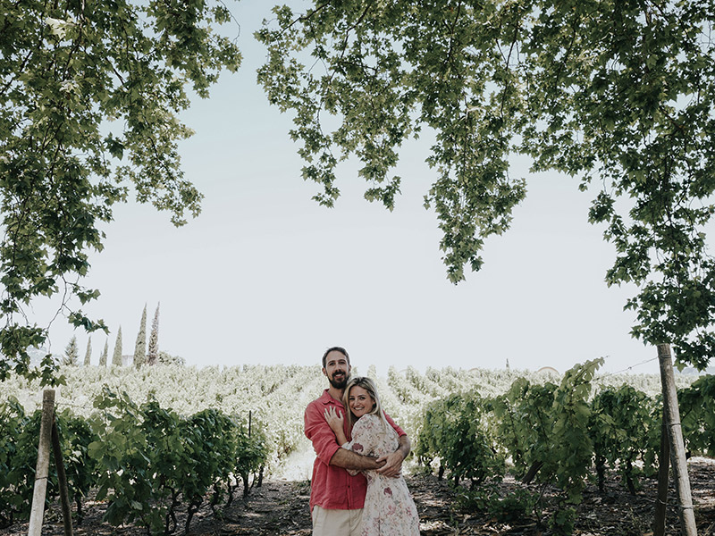 Casamento visita Natalie e João Paulo em frente a um vinhedo em Portugal