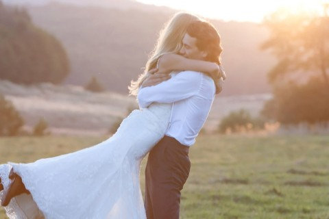 Dança de casamento casal dançando no campo